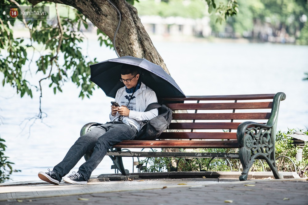Chùm ảnh: Phố đi bộ hồ Gươm vắng bóng người trong ngày nắng nóng kinh hoàng ở Hà Nội - Ảnh 9.