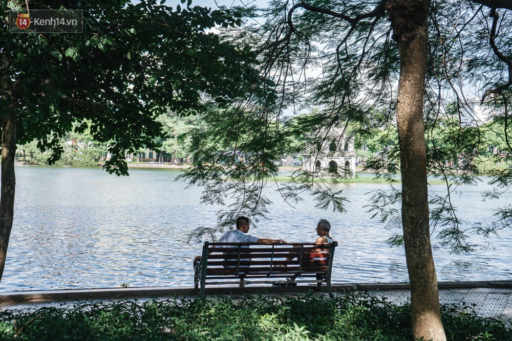 Chùm ảnh: Phố đi bộ hồ Gươm vắng bóng người trong ngày nắng nóng kinh hoàng ở Hà Nội - Ảnh 10.
