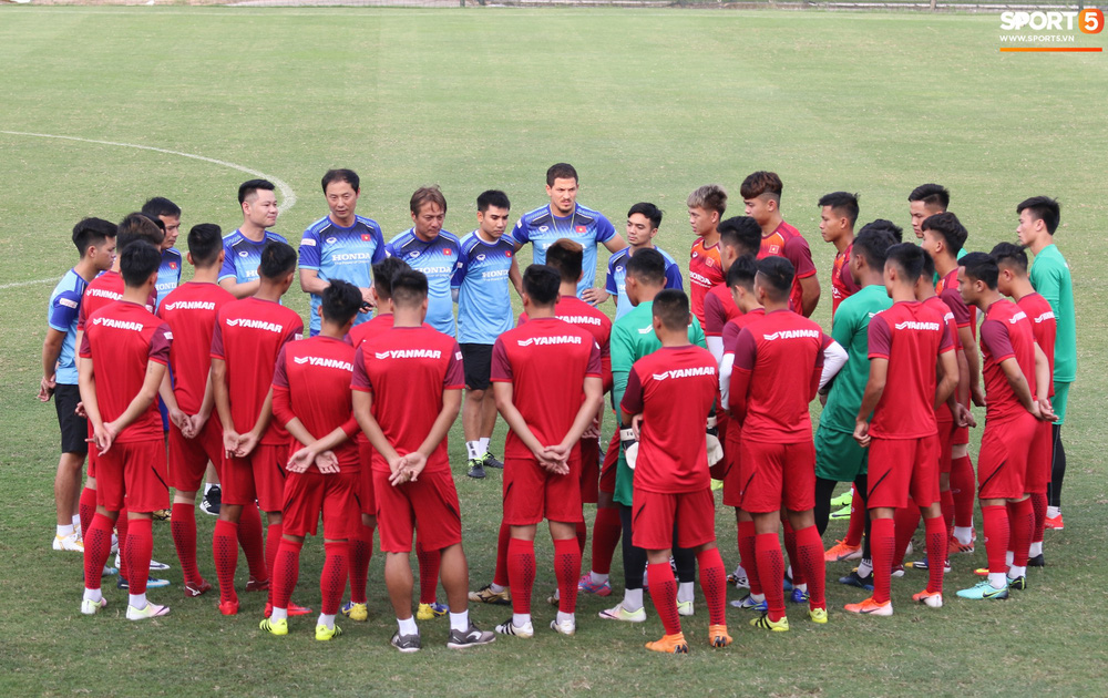 U23 Việt Nam cười hết nấc với màn khởi động nắm tay nhau đi khắp thế gian - Ảnh 2.