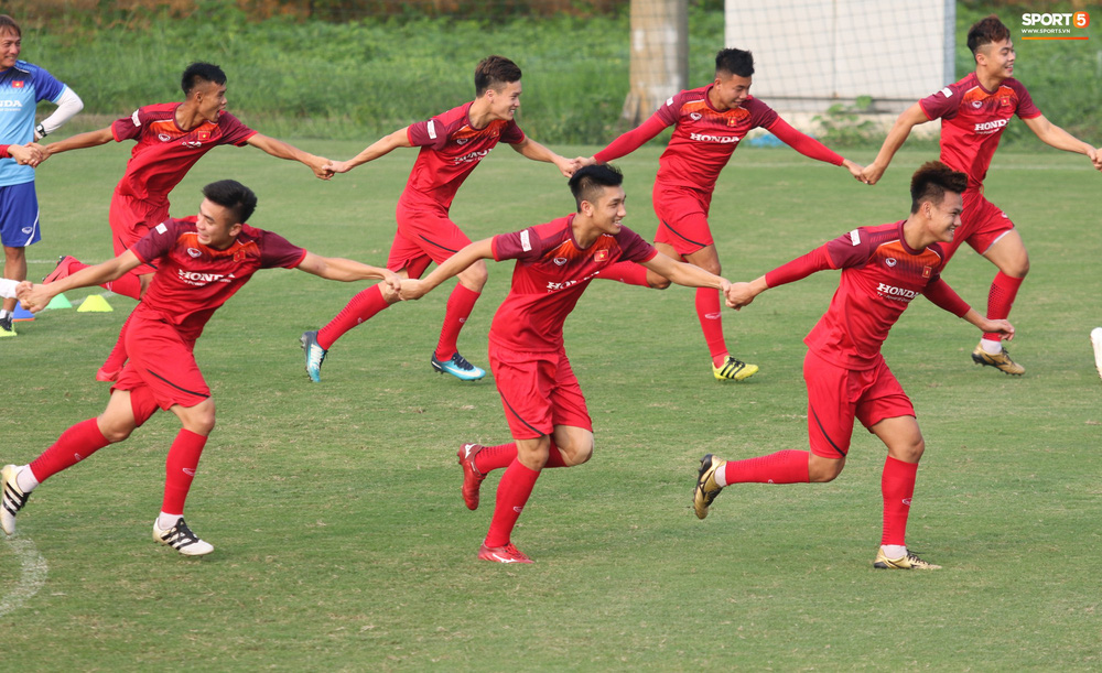 U23 Việt Nam cười hết nấc với màn khởi động nắm tay nhau đi khắp thế gian - Ảnh 3.