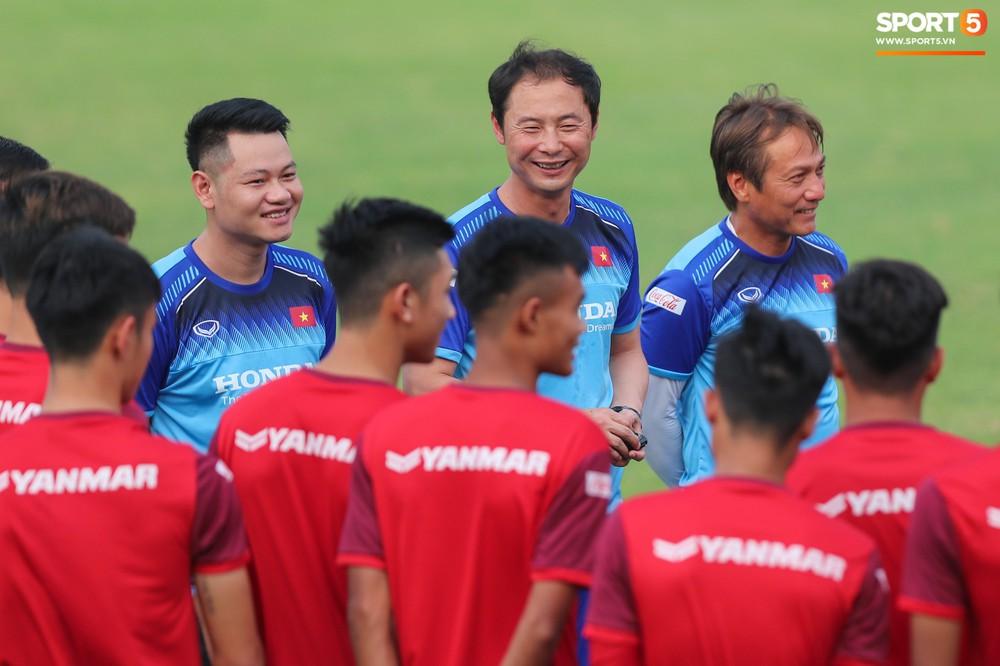 U23 Việt Nam cười hết nấc với màn khởi động nắm tay nhau đi khắp thế gian - Ảnh 8.