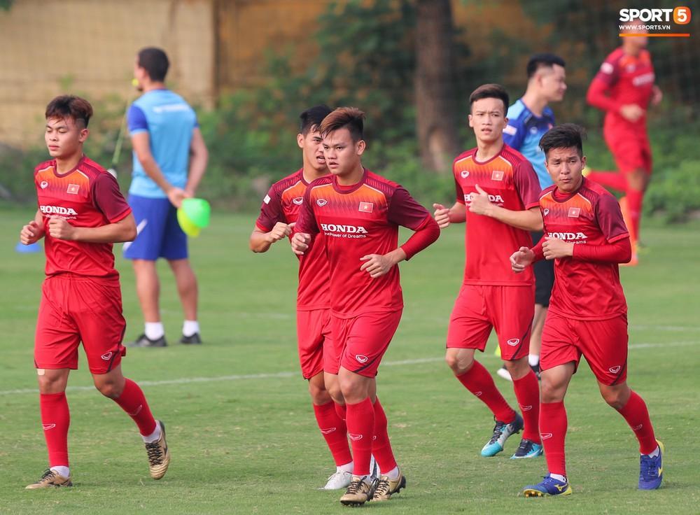 U23 Việt Nam cười hết nấc với màn khởi động nắm tay nhau đi khắp thế gian - Ảnh 13.