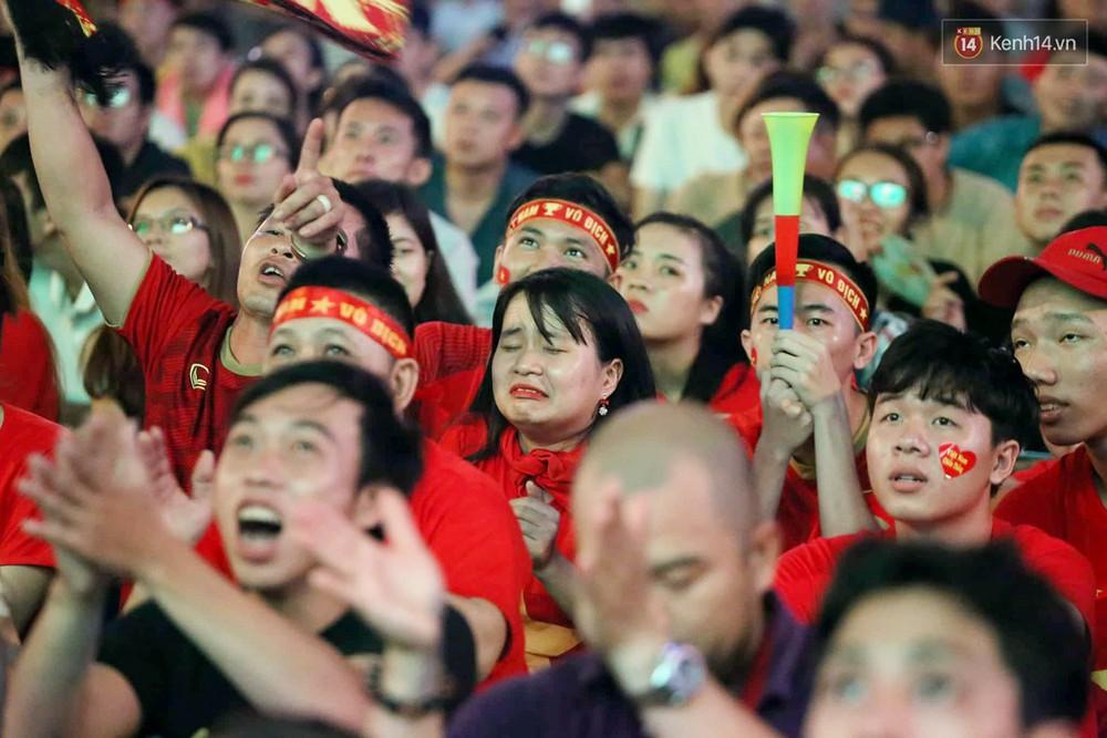 Nhìn lại chuỗi cảm xúc biến động của CĐV Việt Nam trong trận thắng ngộp thở 1-0 trước Thái Lan - Ảnh 5.