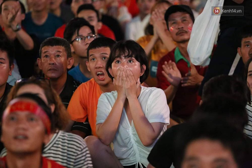 Nhìn lại chuỗi cảm xúc biến động của CĐV Việt Nam trong trận thắng ngộp thở 1-0 trước Thái Lan - Ảnh 4.