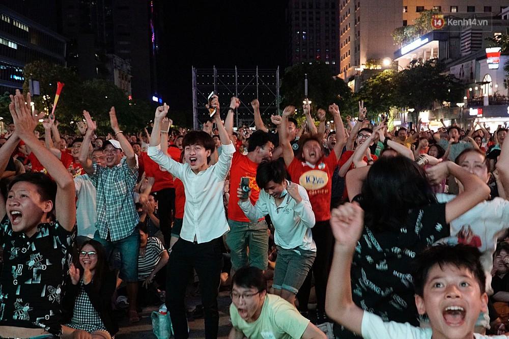 Nhìn lại chuỗi cảm xúc biến động của CĐV Việt Nam trong trận thắng ngộp thở 1-0 trước Thái Lan - Ảnh 7.