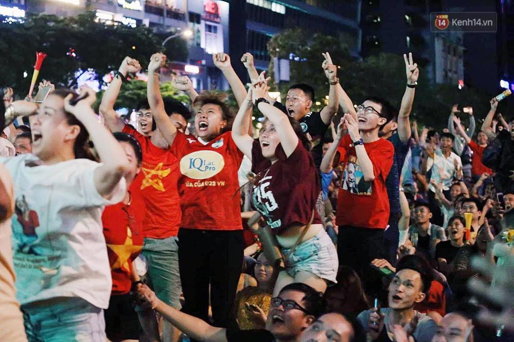 Nhìn lại chuỗi cảm xúc biến động của CĐV Việt Nam trong trận thắng ngộp thở 1-0 trước Thái Lan - Ảnh 8.
