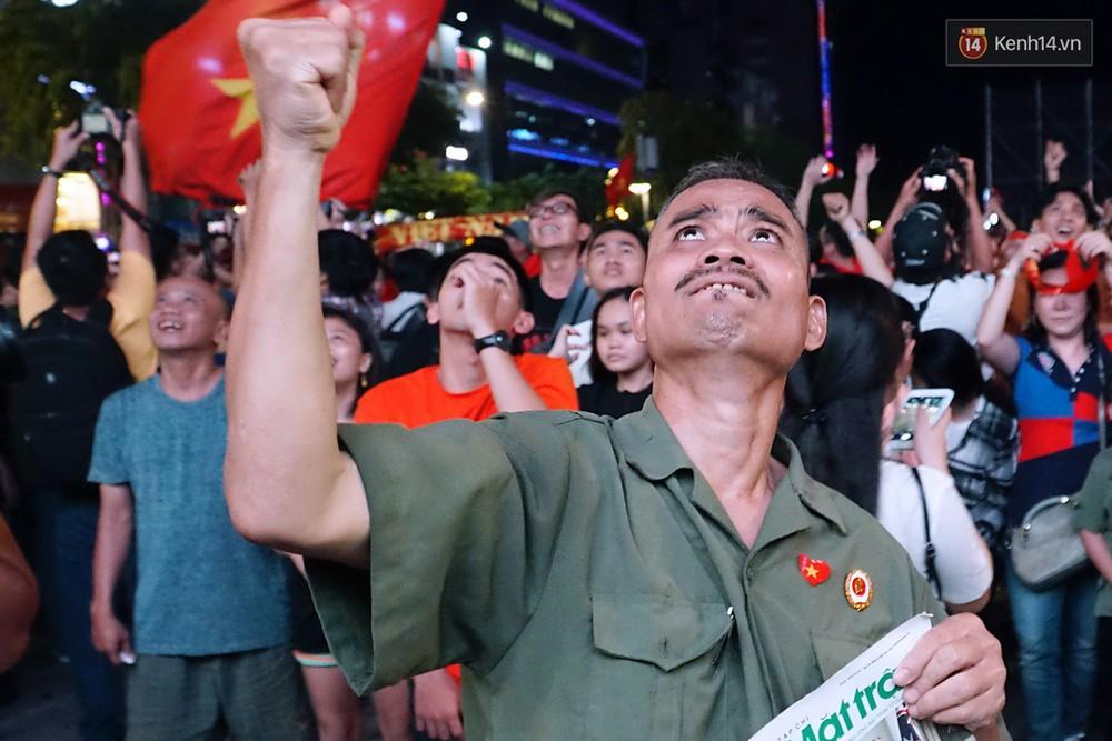 Nhìn lại chuỗi cảm xúc biến động của CĐV Việt Nam trong trận thắng ngộp thở 1-0 trước Thái Lan - Ảnh 9.