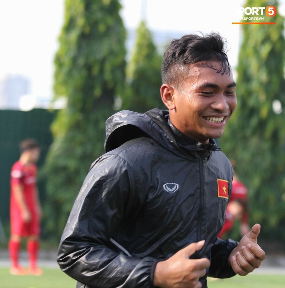 U23 Việt Nam tươi cười rạng rỡ sau chiến thắng trước U23 Myanmar, Bùi Tiến Dũng đen nhất đội tuyển trong buổi tập cuối cùng - Ảnh 11.