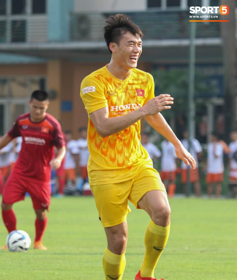 U23 Việt Nam tươi cười rạng rỡ sau chiến thắng trước U23 Myanmar, Bùi Tiến Dũng đen nhất đội tuyển trong buổi tập cuối cùng - Ảnh 3.