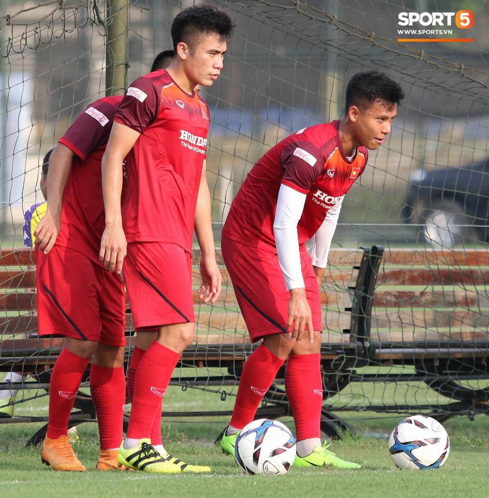 U23 Việt Nam tươi cười rạng rỡ sau chiến thắng trước U23 Myanmar, Bùi Tiến Dũng đen nhất đội tuyển trong buổi tập cuối cùng - Ảnh 1.