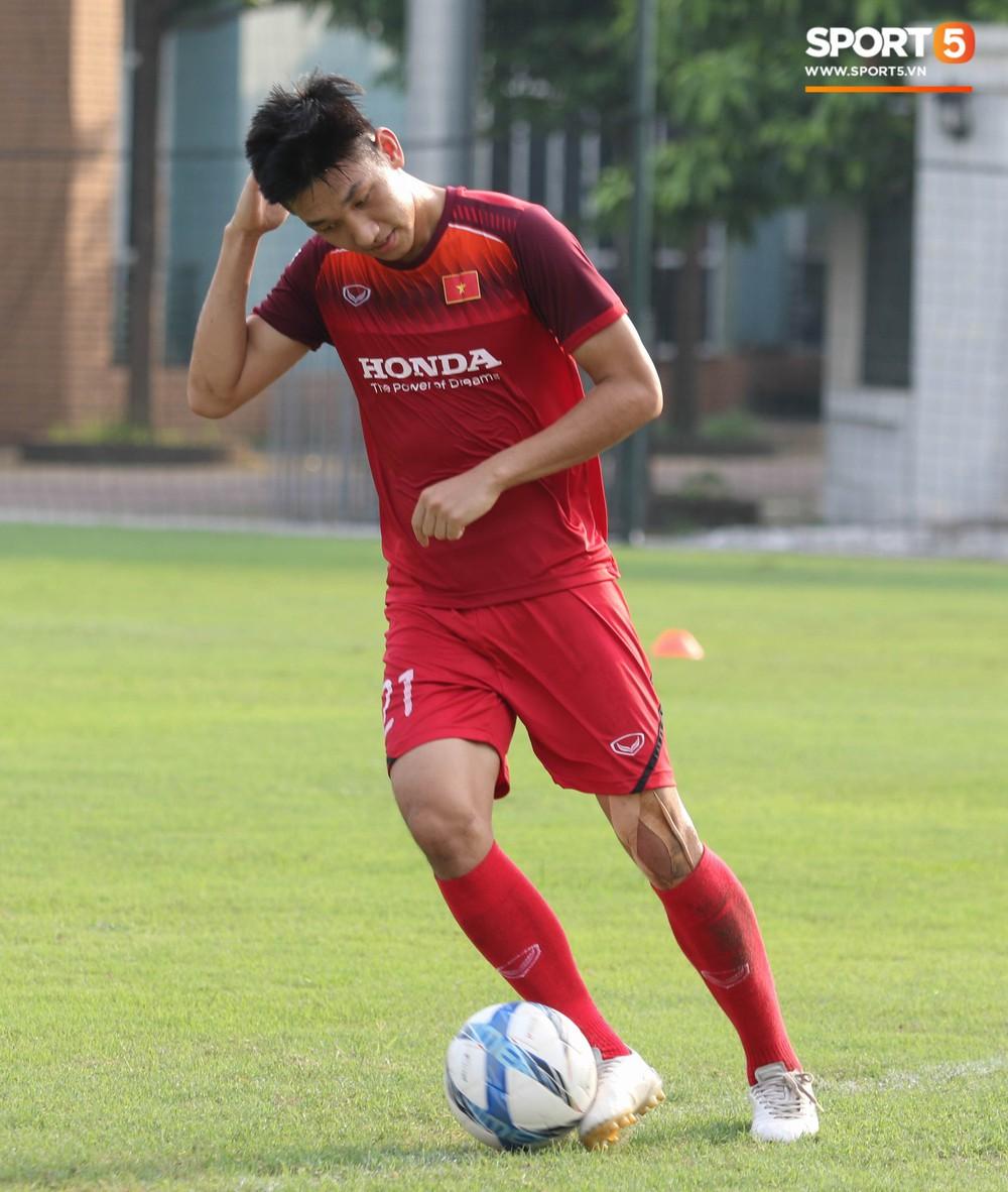 U23 Việt Nam tươi cười rạng rỡ sau chiến thắng trước U23 Myanmar, Bùi Tiến Dũng đen nhất đội tuyển trong buổi tập cuối cùng - Ảnh 6.