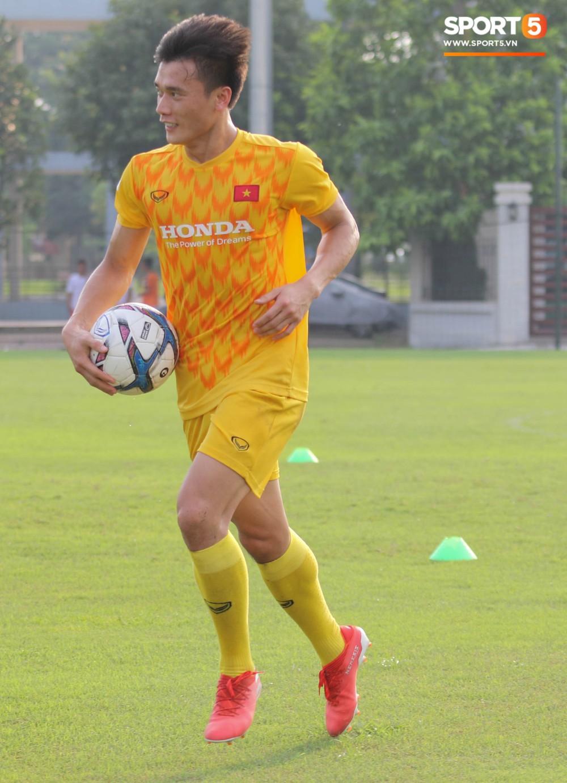 U23 Việt Nam tươi cười rạng rỡ sau chiến thắng trước U23 Myanmar, Bùi Tiến Dũng đen nhất đội tuyển trong buổi tập cuối cùng - Ảnh 5.