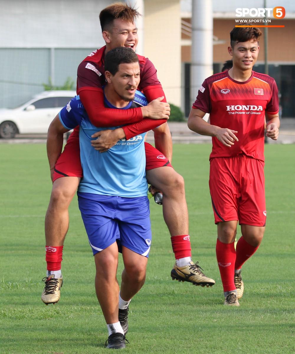 U23 Việt Nam tươi cười rạng rỡ sau chiến thắng trước U23 Myanmar, Bùi Tiến Dũng đen nhất đội tuyển trong buổi tập cuối cùng - Ảnh 8.