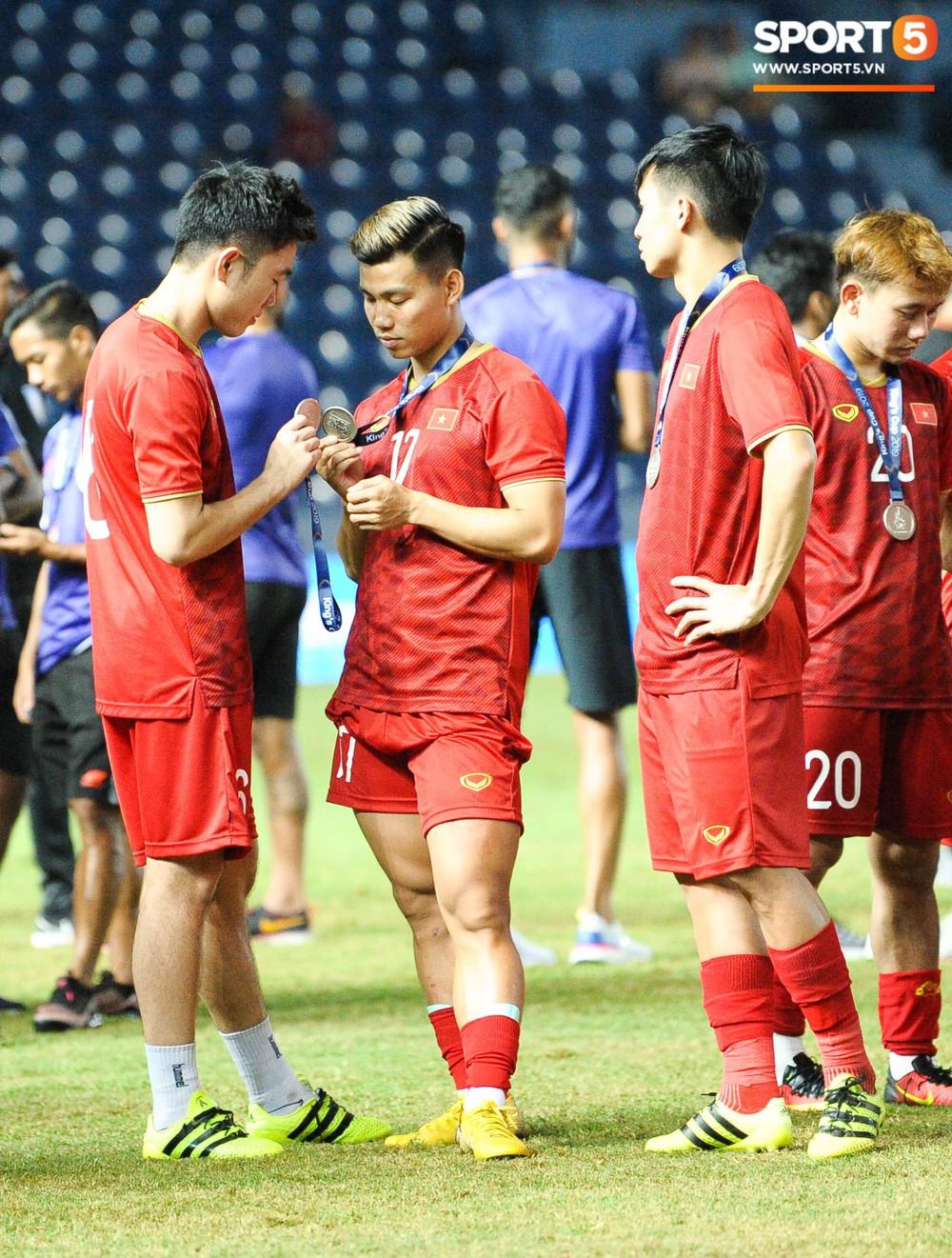 Góc làm gì cho đỡ buồn: Xuân Trường, Văn Thanh cắn huy chương, Tiến Dũng liếc team vô địch bằng ánh mắt hài hước - Ảnh 1.