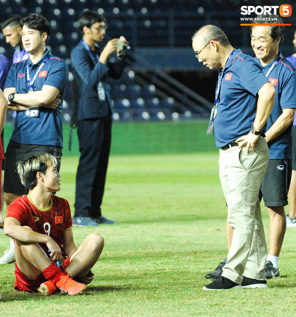 Góc làm gì cho đỡ buồn: Xuân Trường, Văn Thanh cắn huy chương, Tiến Dũng liếc team vô địch bằng ánh mắt hài hước - Ảnh 5.