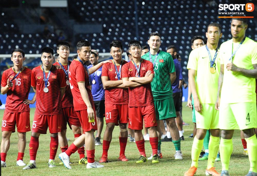 Góc làm gì cho đỡ buồn: Xuân Trường, Văn Thanh cắn huy chương, Tiến Dũng liếc team vô địch bằng ánh mắt hài hước - Ảnh 4.