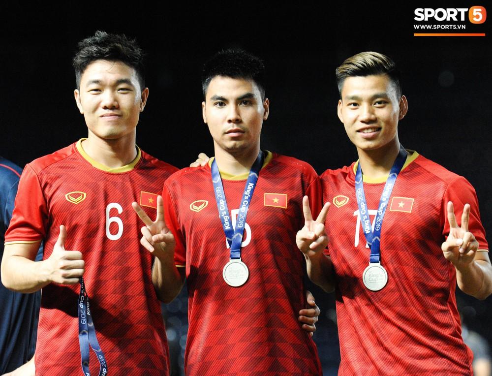 Góc làm gì cho đỡ buồn: Xuân Trường, Văn Thanh cắn huy chương, Tiến Dũng liếc team vô địch bằng ánh mắt hài hước - Ảnh 8.