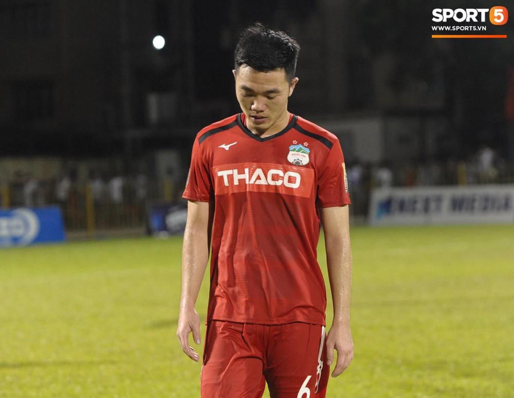 Văn Toàn thất thần, Xuân Trường cùng Tuấn Anh cúi mặt rời sân Cửa Ông sau trận thua đau trước Than Quảng Ninh - Ảnh 4.