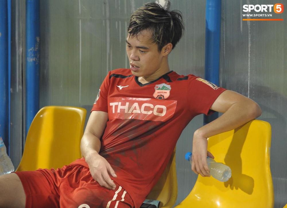 Văn Toàn thất thần, Xuân Trường cùng Tuấn Anh cúi mặt rời sân Cửa Ông sau trận thua đau trước Than Quảng Ninh - Ảnh 3.