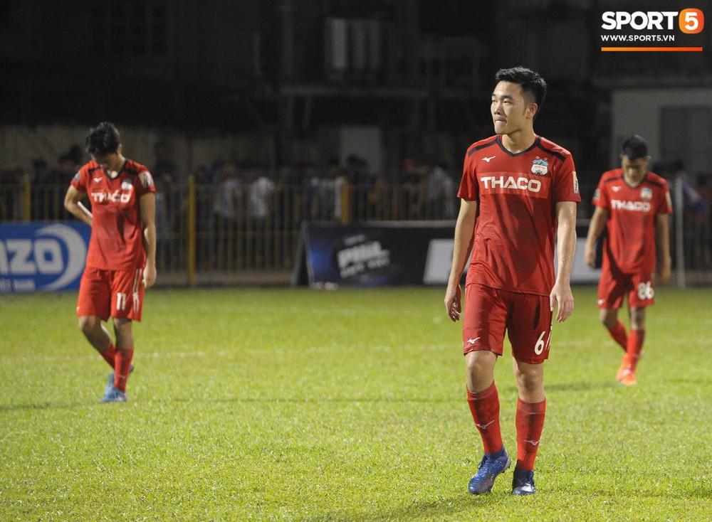 Văn Toàn thất thần, Xuân Trường cùng Tuấn Anh cúi mặt rời sân Cửa Ông sau trận thua đau trước Than Quảng Ninh - Ảnh 8.