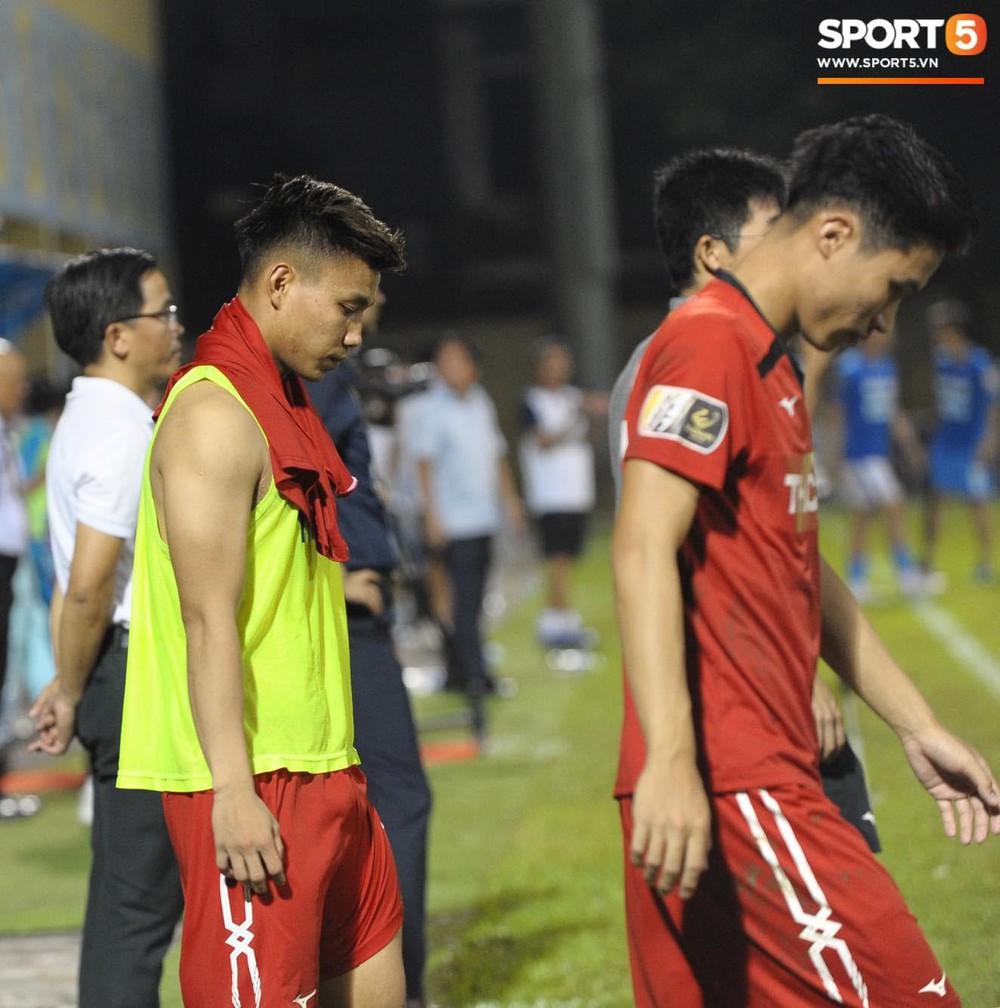 Văn Toàn thất thần, Xuân Trường cùng Tuấn Anh cúi mặt rời sân Cửa Ông sau trận thua đau trước Than Quảng Ninh - Ảnh 7.