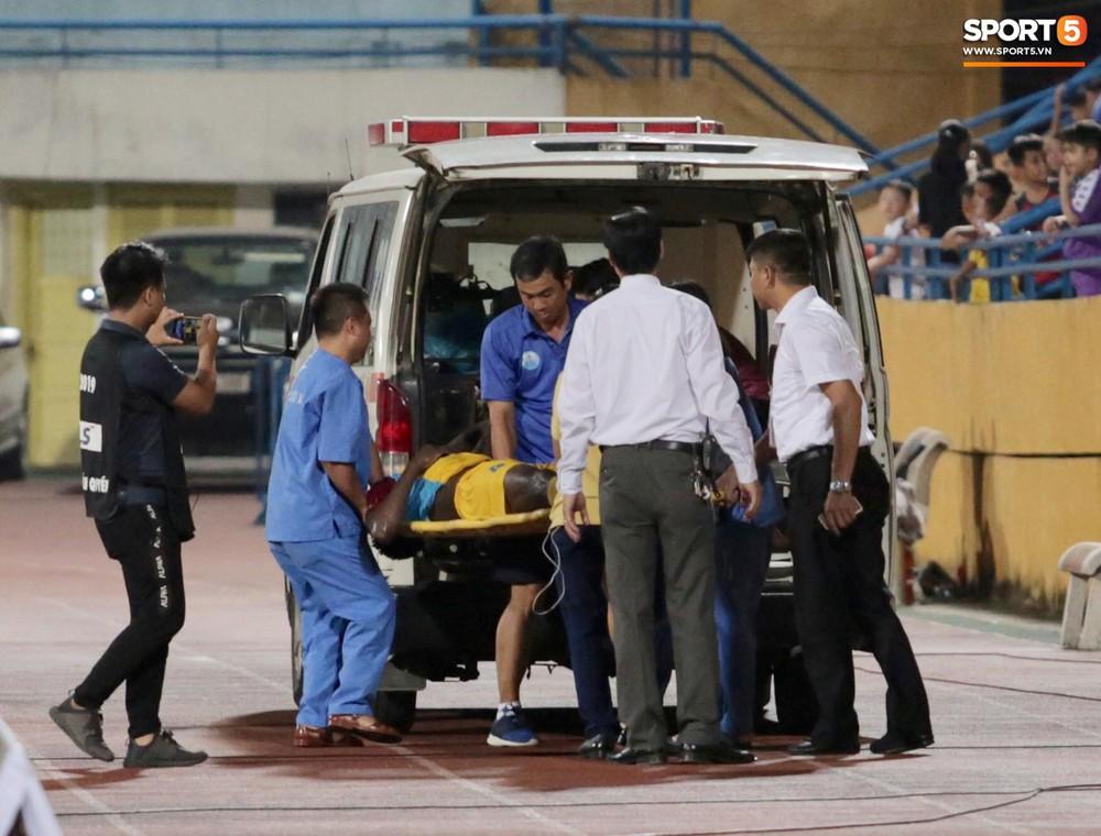 Ngoại binh nhập viện khẩn cấp giữa trận, đội bét bảng vẫn cầm hòa Hà Nội FC thành công - Ảnh 7.