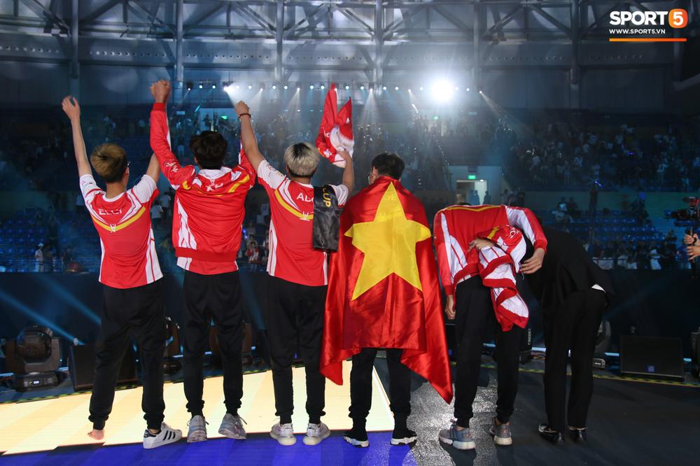 Khoảnh khắc đầy cảm xúc của Đội tuyển Việt Nam (Team Flash) sau chiến thắng ngoạn mục trước Thái Lan WildCard - Ảnh 5.