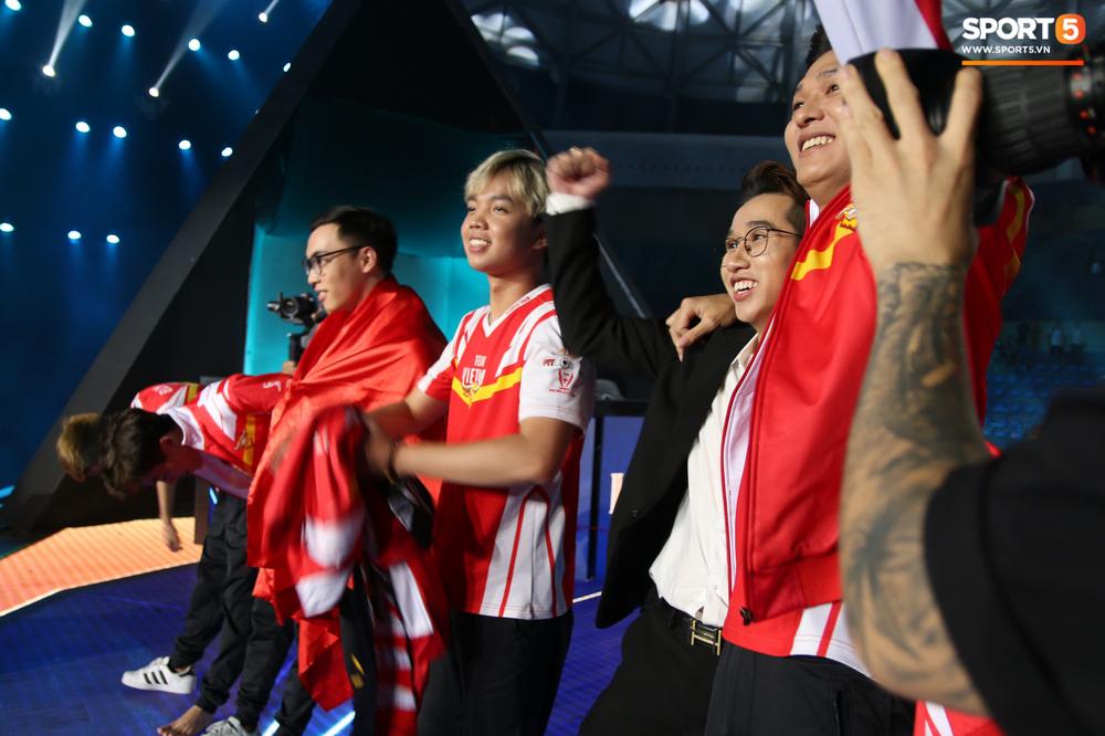 Khoảnh khắc đầy cảm xúc của Đội tuyển Việt Nam (Team Flash) sau chiến thắng ngoạn mục trước Thái Lan WildCard - Ảnh 4.
