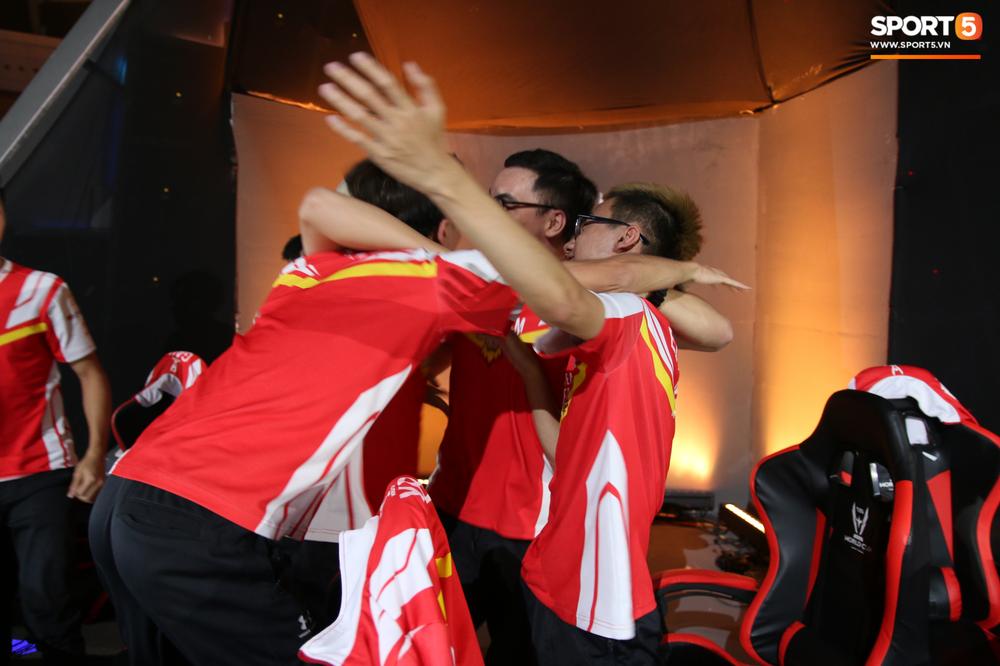 Khoảnh khắc đầy cảm xúc của Đội tuyển Việt Nam (Team Flash) sau chiến thắng ngoạn mục trước Thái Lan WildCard - Ảnh 1.