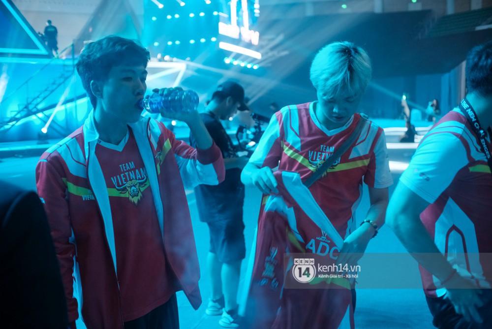 Khoảnh khắc đầy cảm xúc của Đội tuyển Việt Nam (Team Flash) sau chiến thắng ngoạn mục trước Thái Lan WildCard - Ảnh 10.