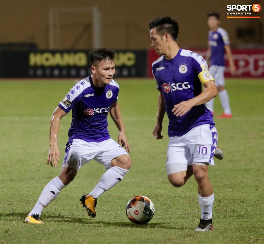 HLV trưởng Hà Nội FC tức đỏ mặt lao vào sân phản ứng trọng tài sau trận hoà tiếc nuối - Ảnh 1.