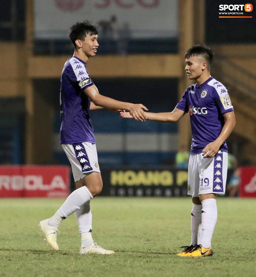 Ngoại binh nhập viện khẩn cấp giữa trận, đội bét bảng vẫn cầm hòa Hà Nội FC thành công - Ảnh 2.
