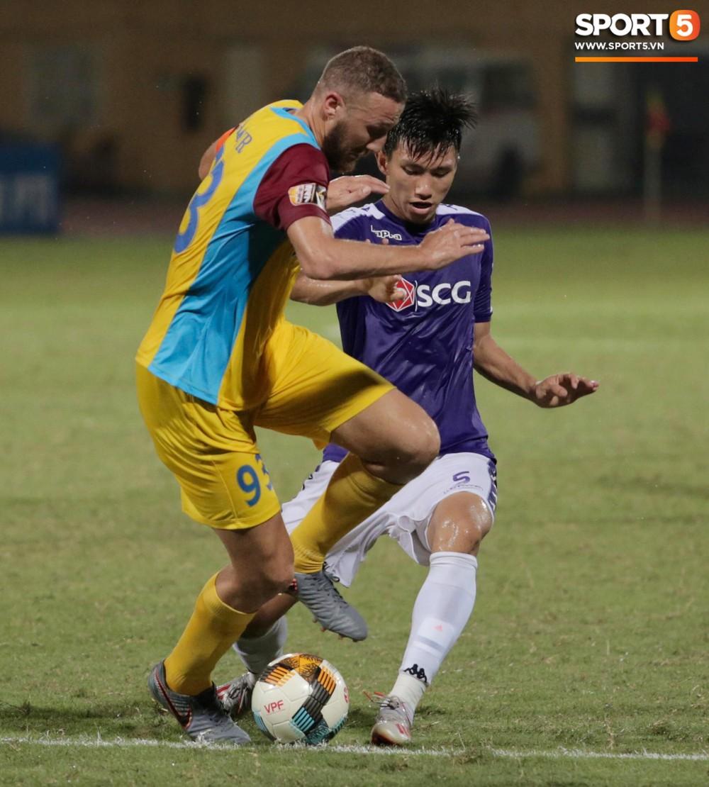 HLV trưởng Hà Nội FC tức đỏ mặt lao vào sân phản ứng trọng tài sau trận hoà tiếc nuối - Ảnh 7.