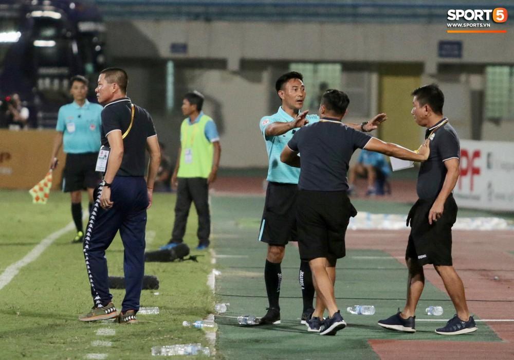 HLV trưởng Hà Nội FC tức đỏ mặt lao vào sân phản ứng trọng tài sau trận hoà tiếc nuối - Ảnh 4.