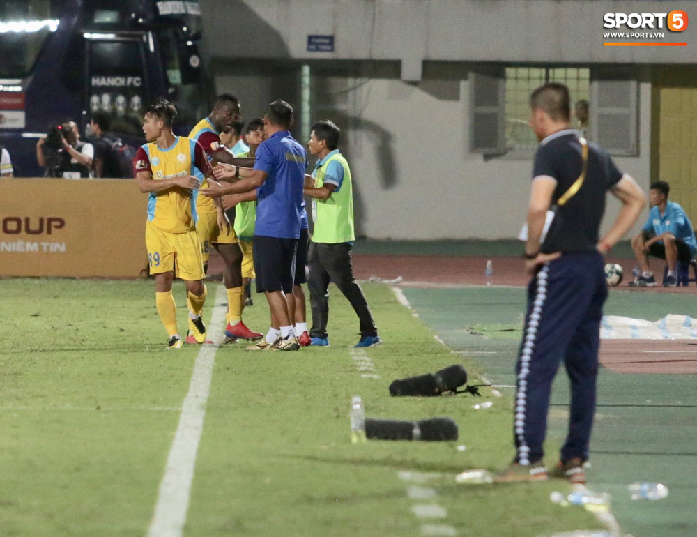 HLV trưởng Hà Nội FC tức đỏ mặt lao vào sân phản ứng trọng tài sau trận hoà tiếc nuối - Ảnh 2.