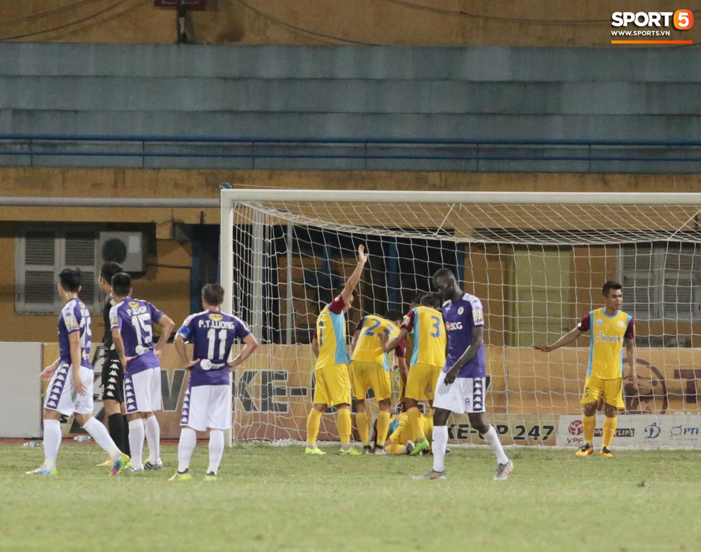 HLV trưởng Hà Nội FC tức đỏ mặt lao vào sân phản ứng trọng tài sau trận hoà tiếc nuối - Ảnh 5.