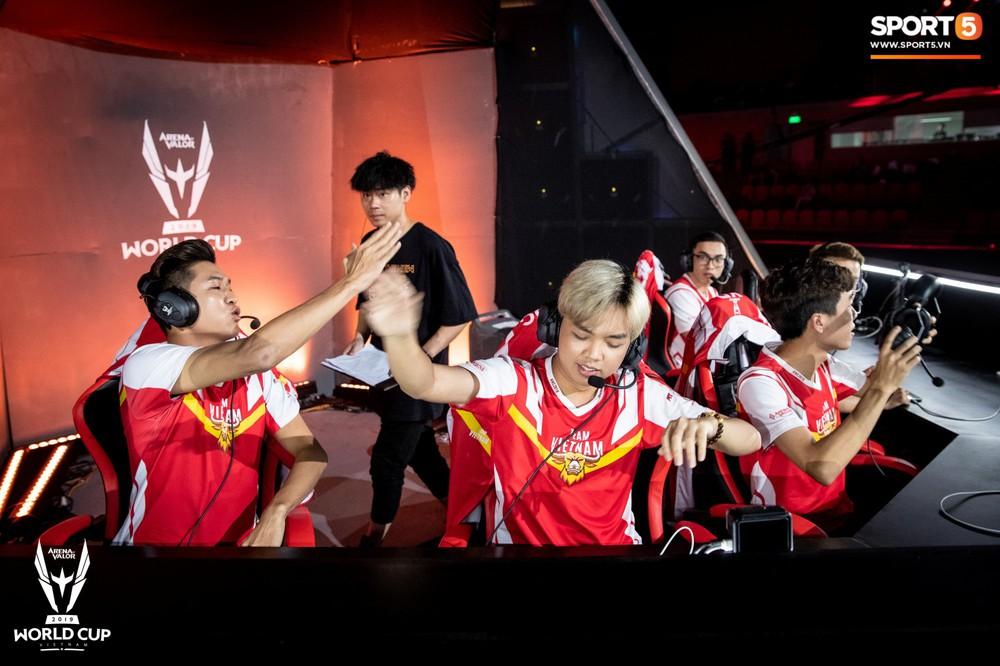 Khoảnh khắc đầy cảm xúc của Đội tuyển Việt Nam (Team Flash) sau chiến thắng ngoạn mục trước Thái Lan WildCard - Ảnh 2.