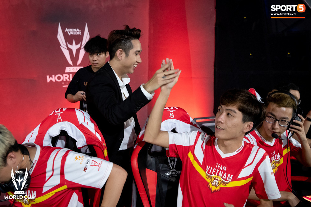 Khoảnh khắc đầy cảm xúc của Đội tuyển Việt Nam (Team Flash) sau chiến thắng ngoạn mục trước Thái Lan WildCard - Ảnh 3.