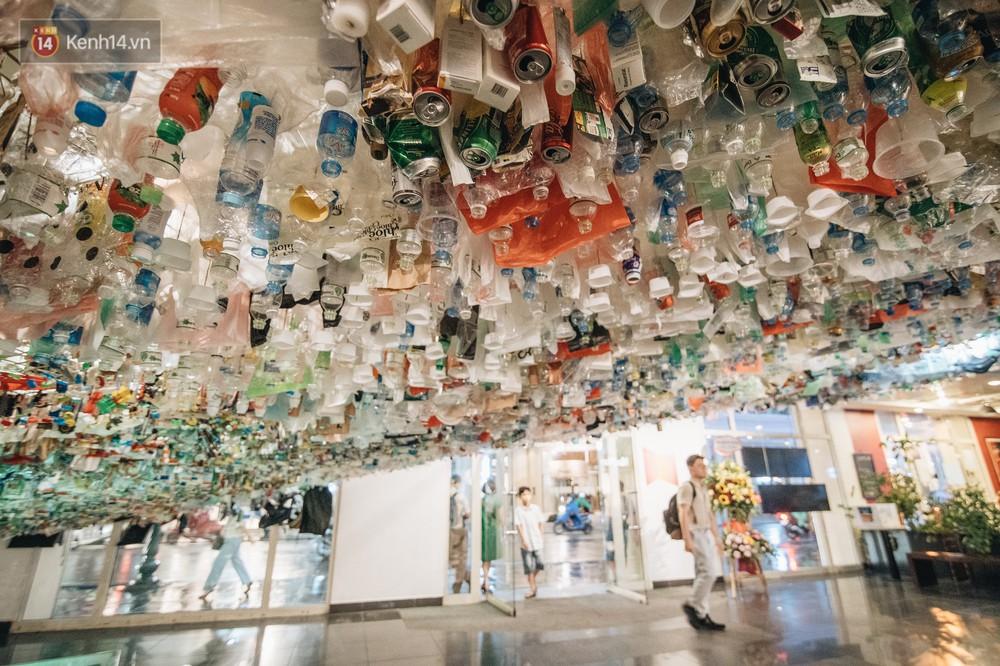 500kg rác thải treo lơ lửng trên đầu: Triển lãm ấn tượng ở Hà Nội khiến người xem ngộp thở - Ảnh 2.