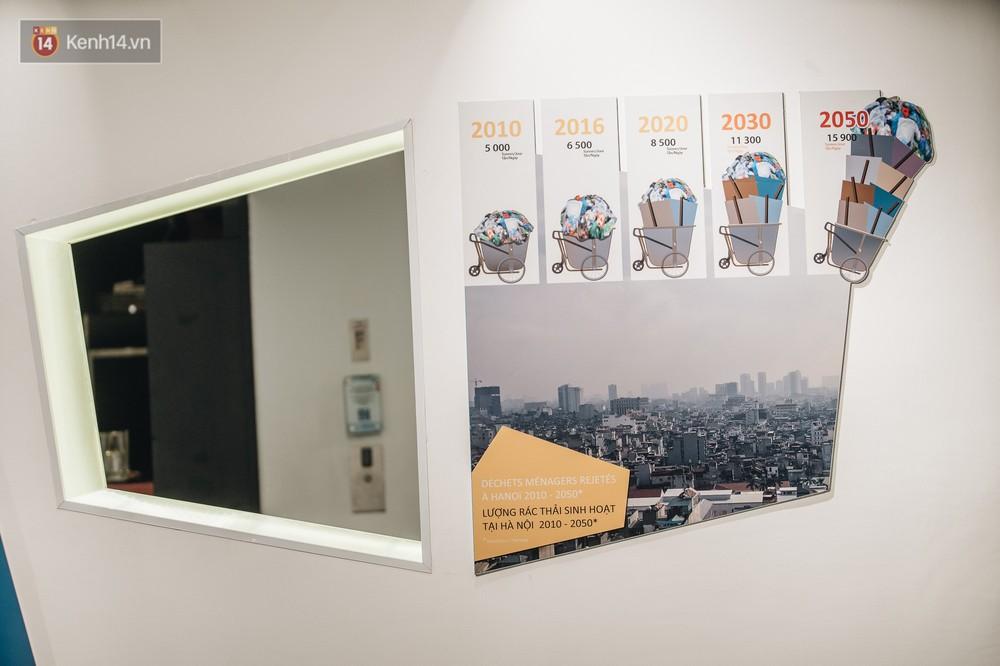 500kg rác thải treo lơ lửng trên đầu: Triển lãm ấn tượng ở Hà Nội khiến người xem ngộp thở - Ảnh 9.