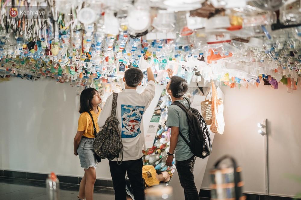 500kg rác thải treo lơ lửng trên đầu: Triển lãm ấn tượng ở Hà Nội khiến người xem ngộp thở - Ảnh 18.