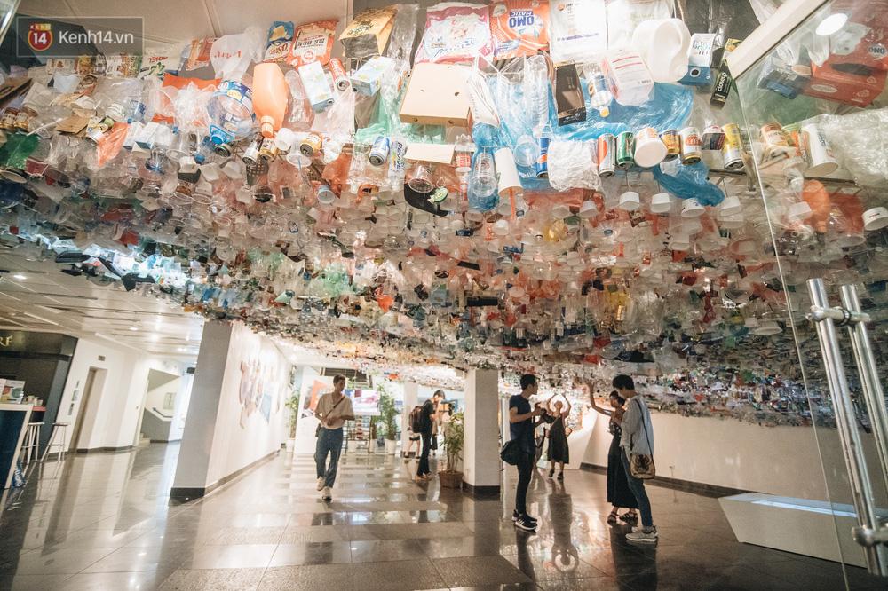 500kg rác thải treo lơ lửng trên đầu: Triển lãm ấn tượng ở Hà Nội khiến người xem ngộp thở - Ảnh 3.