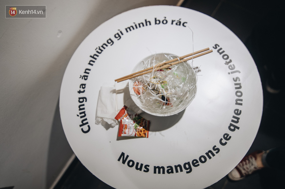500kg rác thải treo lơ lửng trên đầu: Triển lãm ấn tượng ở Hà Nội khiến người xem ngộp thở - Ảnh 6.