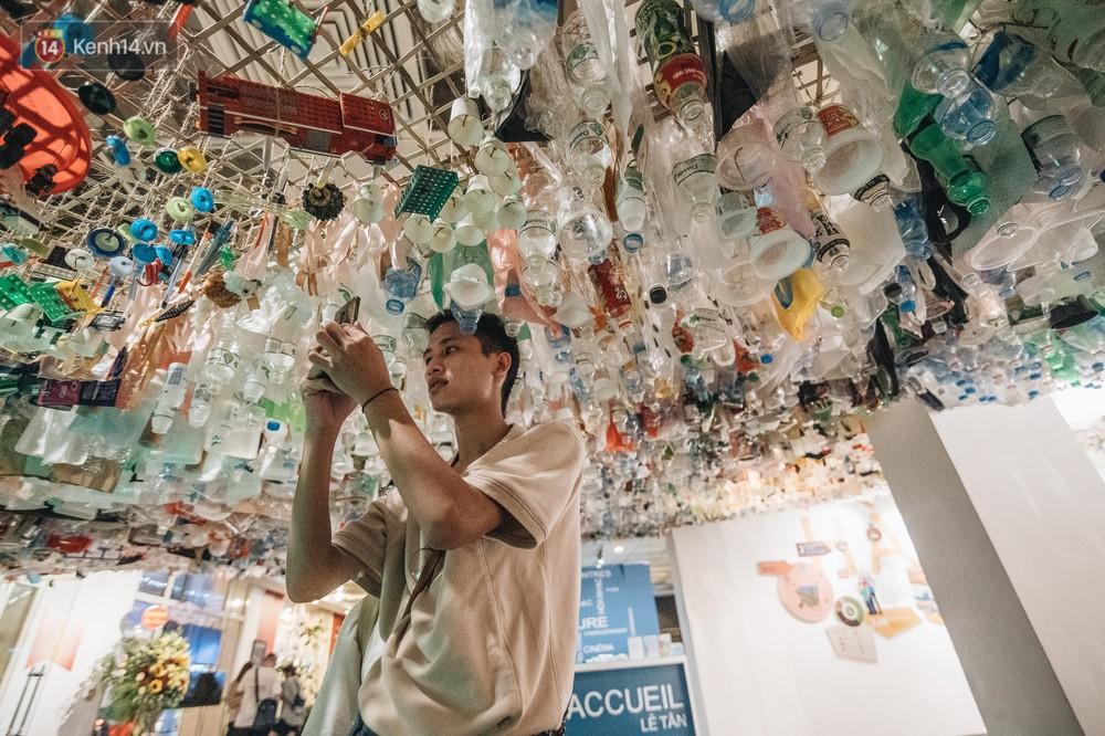 500kg rác thải treo lơ lửng trên đầu: Triển lãm ấn tượng ở Hà Nội khiến người xem ngộp thở - Ảnh 11.