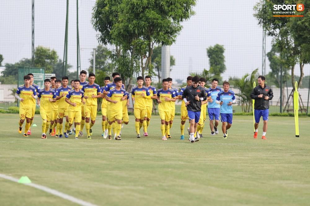 Trung vệ điển trai Huỳnh Tấn Sinh thể hiện tố chất thủ lĩnh trong buổi tập đầu tiên của U22 Việt Nam - Ảnh 10.