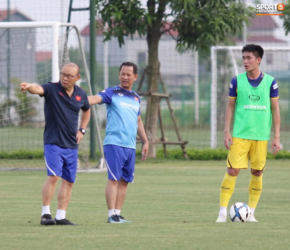 Trung vệ điển trai Huỳnh Tấn Sinh thể hiện tố chất thủ lĩnh trong buổi tập đầu tiên của U22 Việt Nam - Ảnh 4.