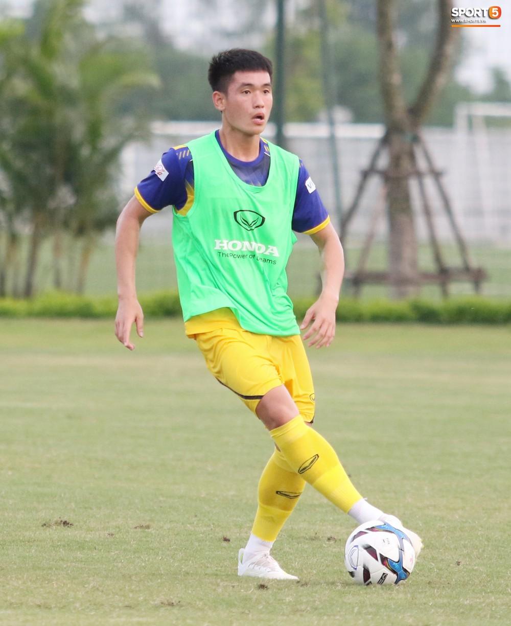 Trung vệ điển trai Huỳnh Tấn Sinh thể hiện tố chất thủ lĩnh trong buổi tập đầu tiên của U22 Việt Nam - Ảnh 2.