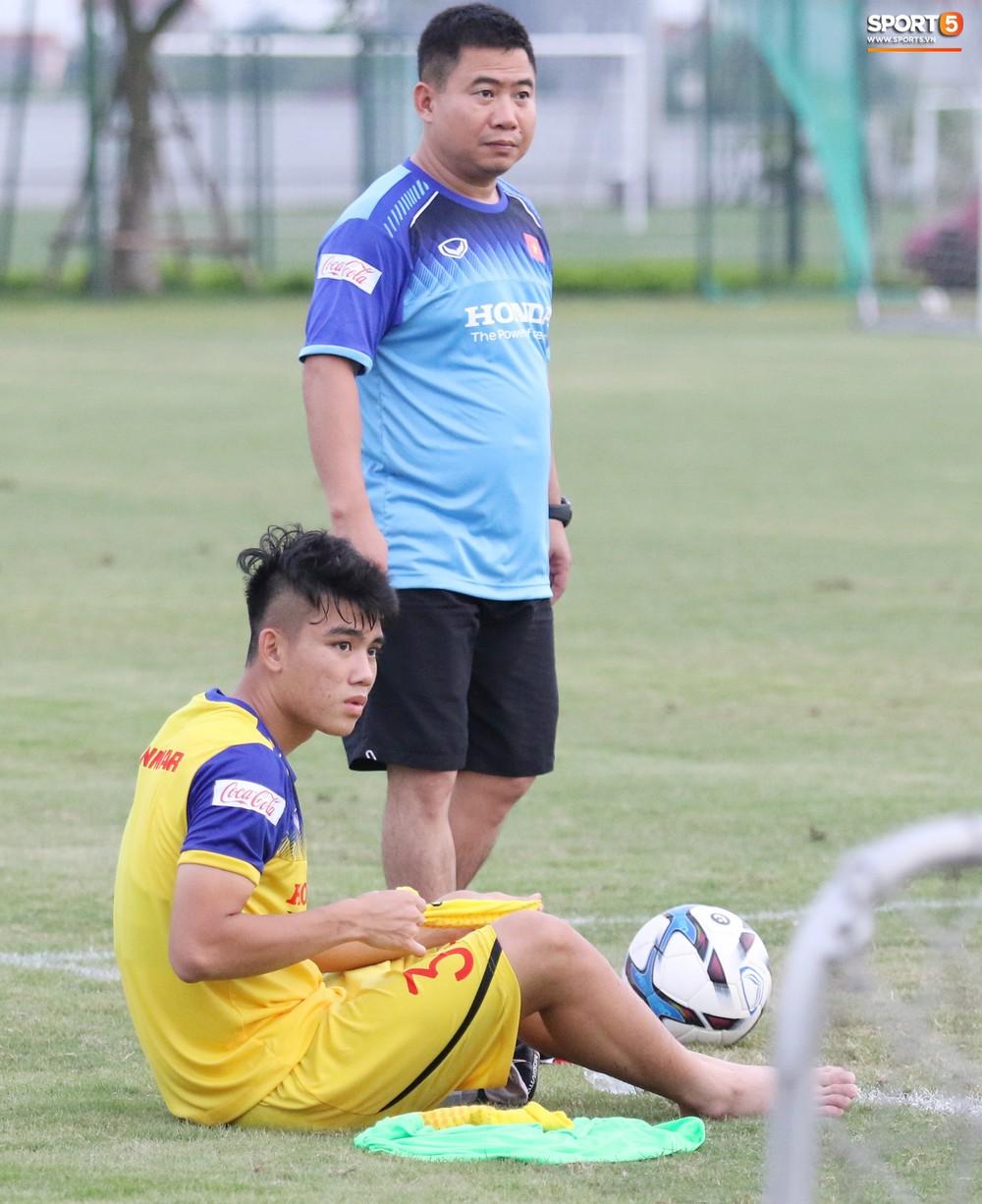 Trung vệ điển trai Huỳnh Tấn Sinh thể hiện tố chất thủ lĩnh trong buổi tập đầu tiên của U22 Việt Nam - Ảnh 7.