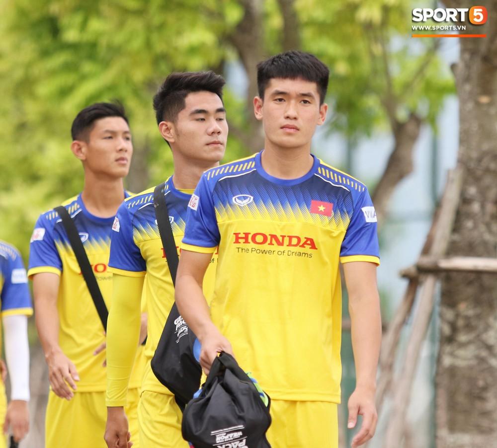 HLV Park Hang-seo đè đầu cưỡi cổ học trò trong buổi tập trước trận giao hữu với Viettel - Ảnh 5.