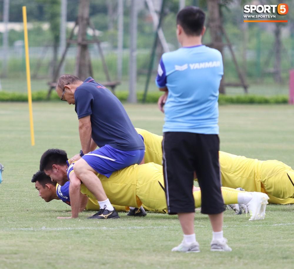 HLV Park Hang-seo đè đầu cưỡi cổ học trò trong buổi tập trước trận giao hữu với Viettel - Ảnh 2.